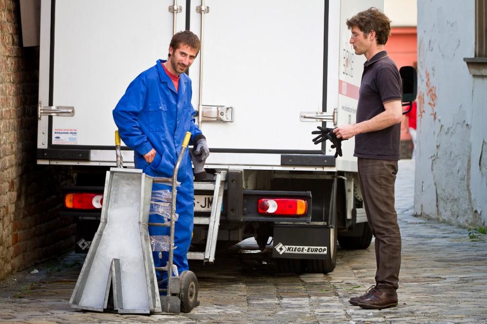 Příprava Lettercamp - Andrés Costa a Dimitri Vazemsky připravují instalaci ledových písmen